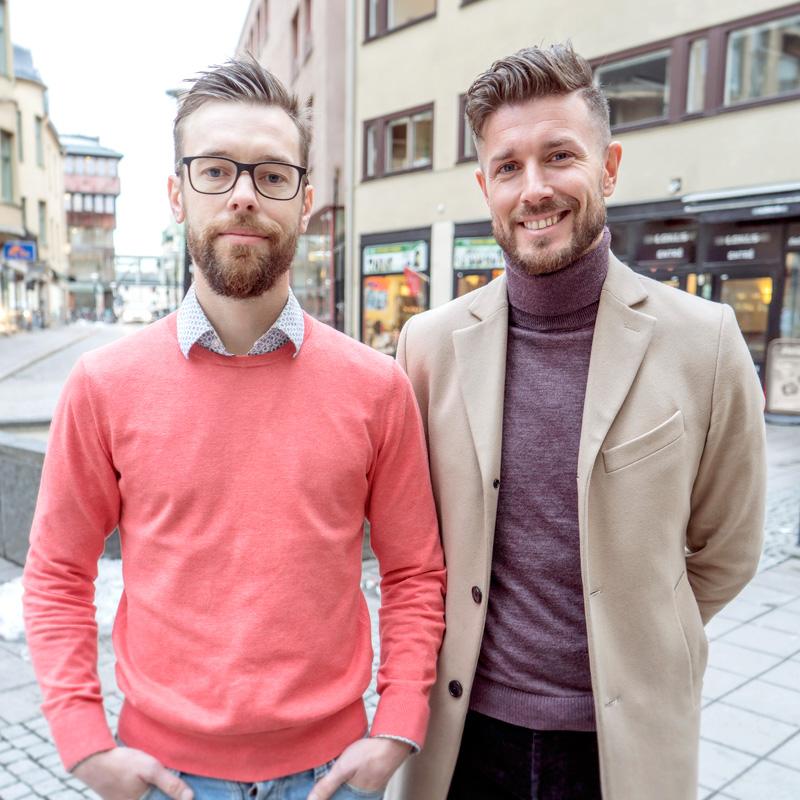Novum Assistans grundare David och Samuel står på ett torg i Örebro.